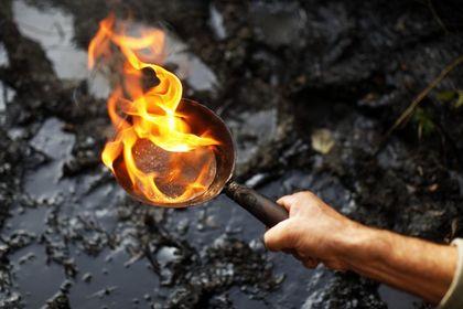 S. Arabistan Yemen'i bombaladı, petrol sıçradı