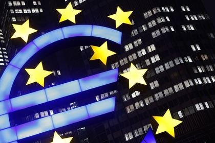 """Avrupa'da """"tapering"""" beklenmiyor - Bloomberg'in anketine katılan ekonomistlerin çoğu, AMB'nin programı zamanında bitireceğini, ancak bunu alımları azaltmadan yapacağını düşünüyor"""