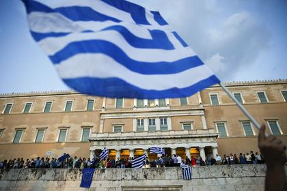 """Yunanistan'da son durum: 3 Temmuz Cuma - IMF, """"Mali paketteki reformların azaltılması veya uygulanmaması ülke borçlarının bir kısmının silinmesini gerekli kılacaktır"""" değerlendirmesi yaptı. Varoufakis, """"IMF'in önerileri kulağa müzik gibi geliyor"""" dedi"""