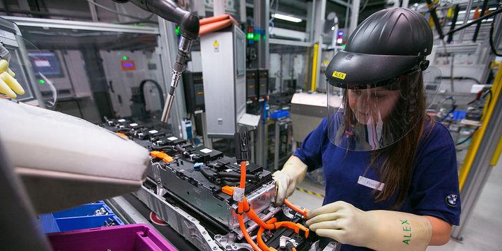 Euro Bölgesi sanayi üretimi beklentiyi aştı