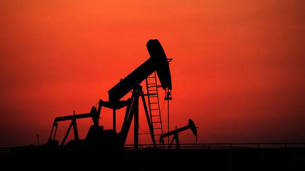 """Petrol """"stok"""" verisi öncesi 45 doların altında"""