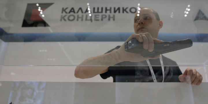"""Kalaşnikof, havalimanında """"mağaza"""" açtı"""