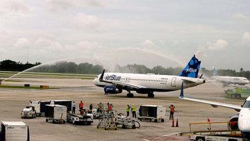 ABD'den Küba'ya 55 yıl sonra ilk tarifeli uçak indi