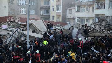 Zeytinburnu'nda bina çöktü, yaralılar var