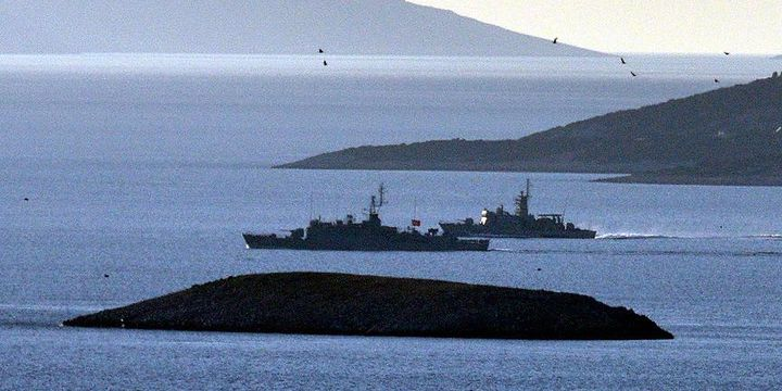 Türk ve Yunan savaş gemileri burun buruna geldi