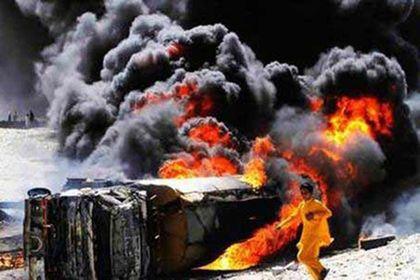 Pakistan'da petrol tankeri devrildi, 122 ölü
