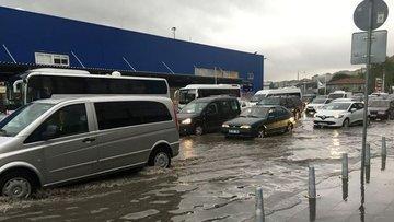 İstanbul'da şiddetli yağış trafiği durma noktasına getirdi
