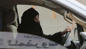 Suudi Arabistan'da kadınlar toplu taşıma araçları ve taks...