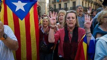 İspanya Katalonya'nın özerkliğini askıya aldı