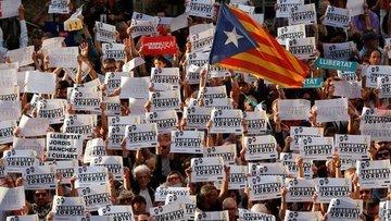 Katalanlar İspanya'yı durdurmak için insan kalkanı oluştu...