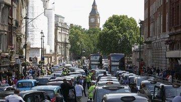 Londra'da şehir merkezine girişte eski araçlardan daha yü...