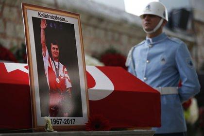 Yüzyılın sporcusu Süleymanoğlu son yolculuğuna ...