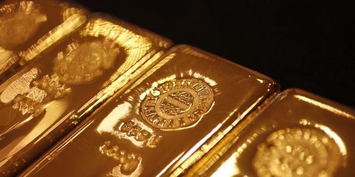 Altın 1 ayın zirvesi yakınlarında dalgalanıyor