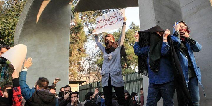 İran devlet televizyonu: Askeri üsleri ele geçirmeye çalışan silahlı protestocular püskürtüldü