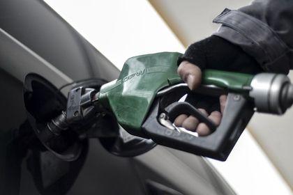 Benzine bir zam daha pompadan döndü